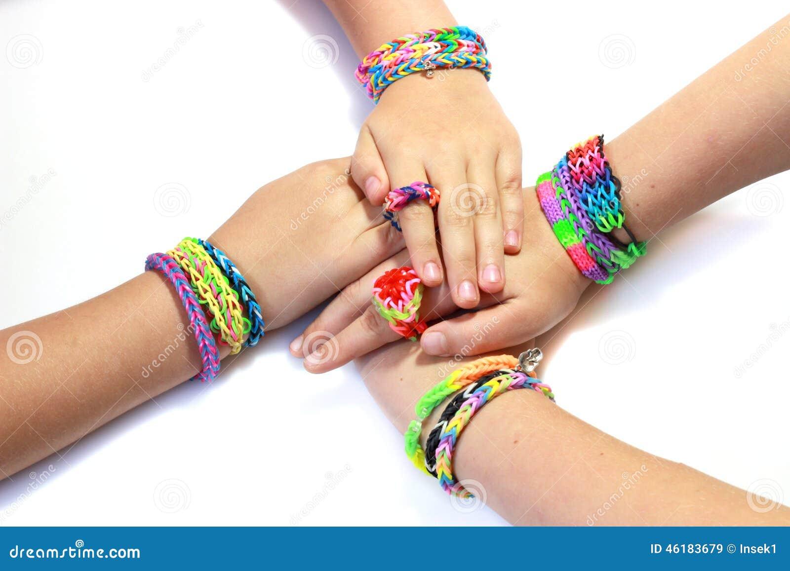 Bracelete elástico e colorido do tear do arco-íris nas mãos