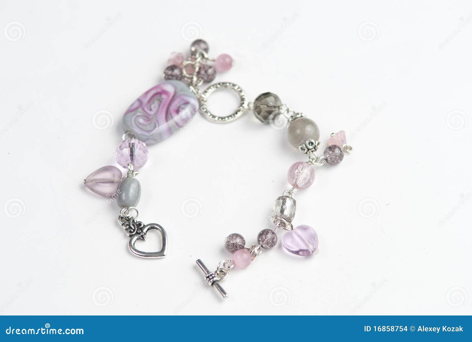 Braceletes e colares coloridos