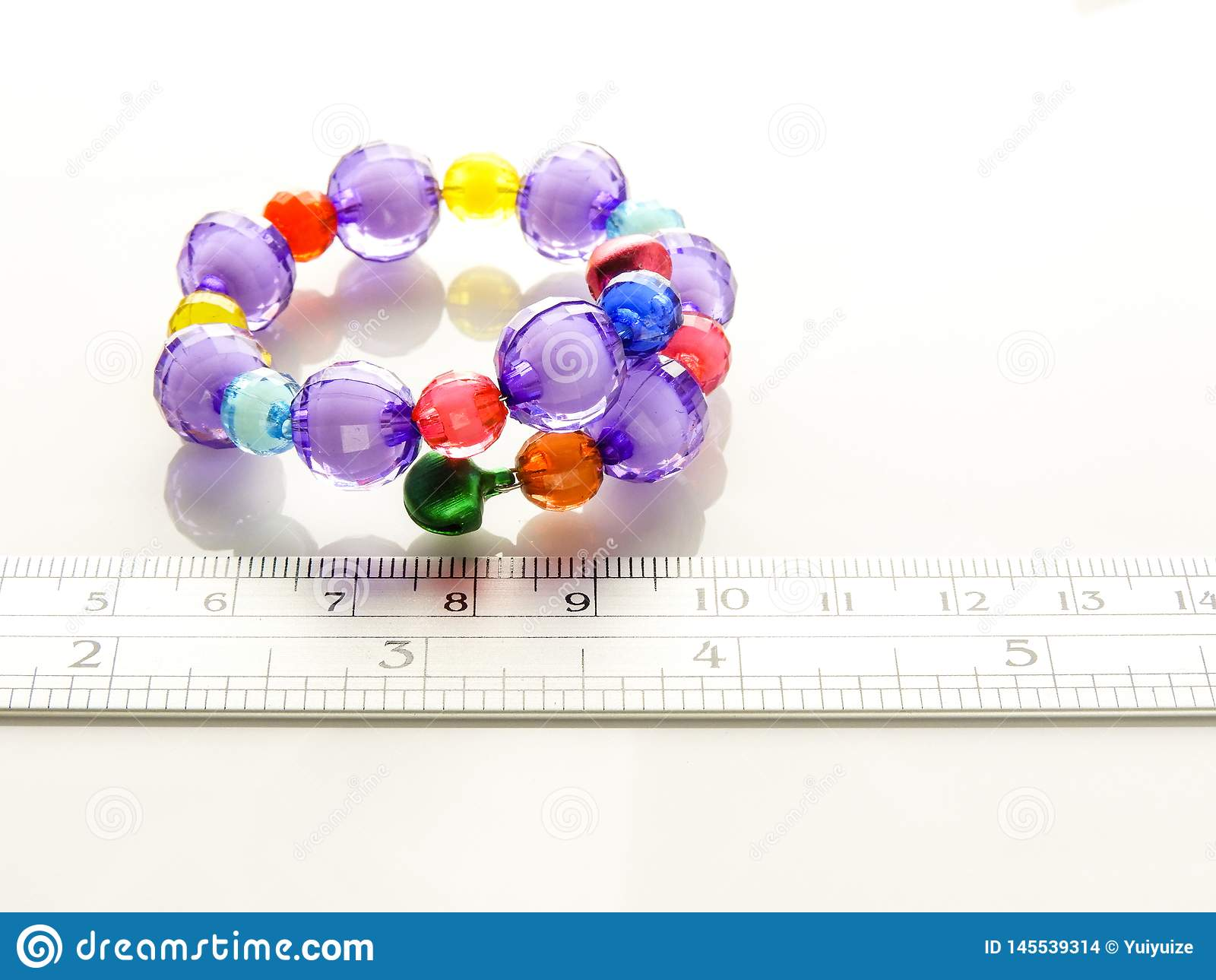Bracelets multicolores avec des perles