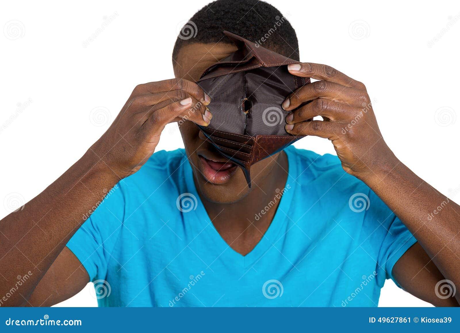 Brach den jungen Mann, der leere Geldbörse zeigt