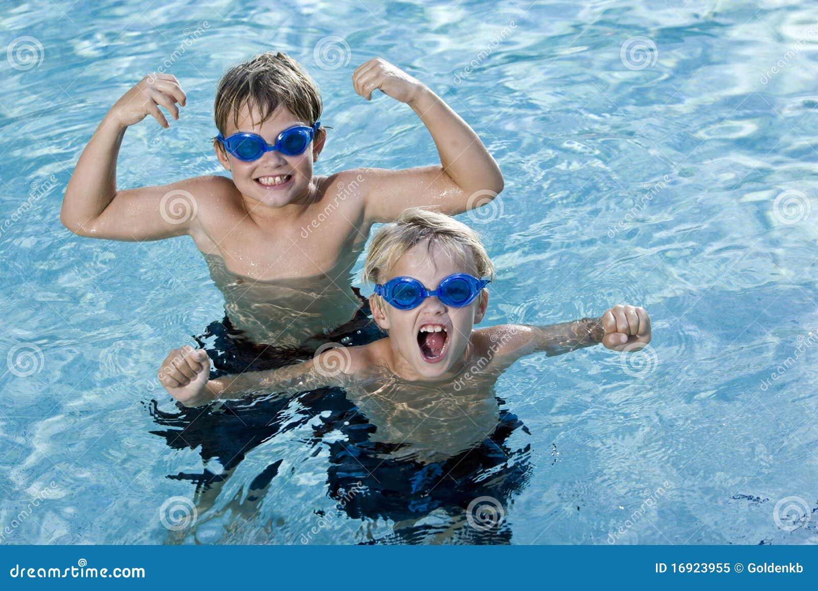 Bracia bawić się rozkrzyczanego basenu dopłynięcie