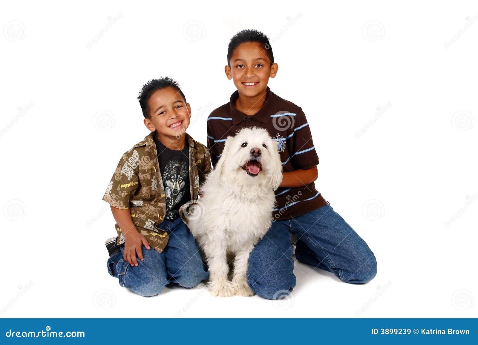 Bracia są psie latynosa swoich białych