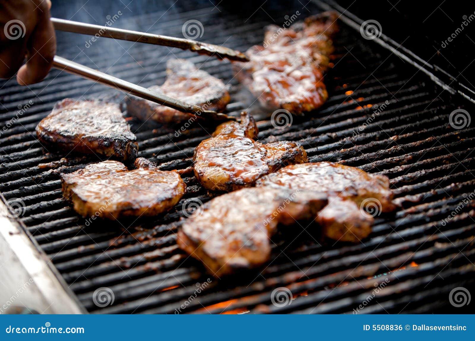 Braciole di maiale sugose su una griglia