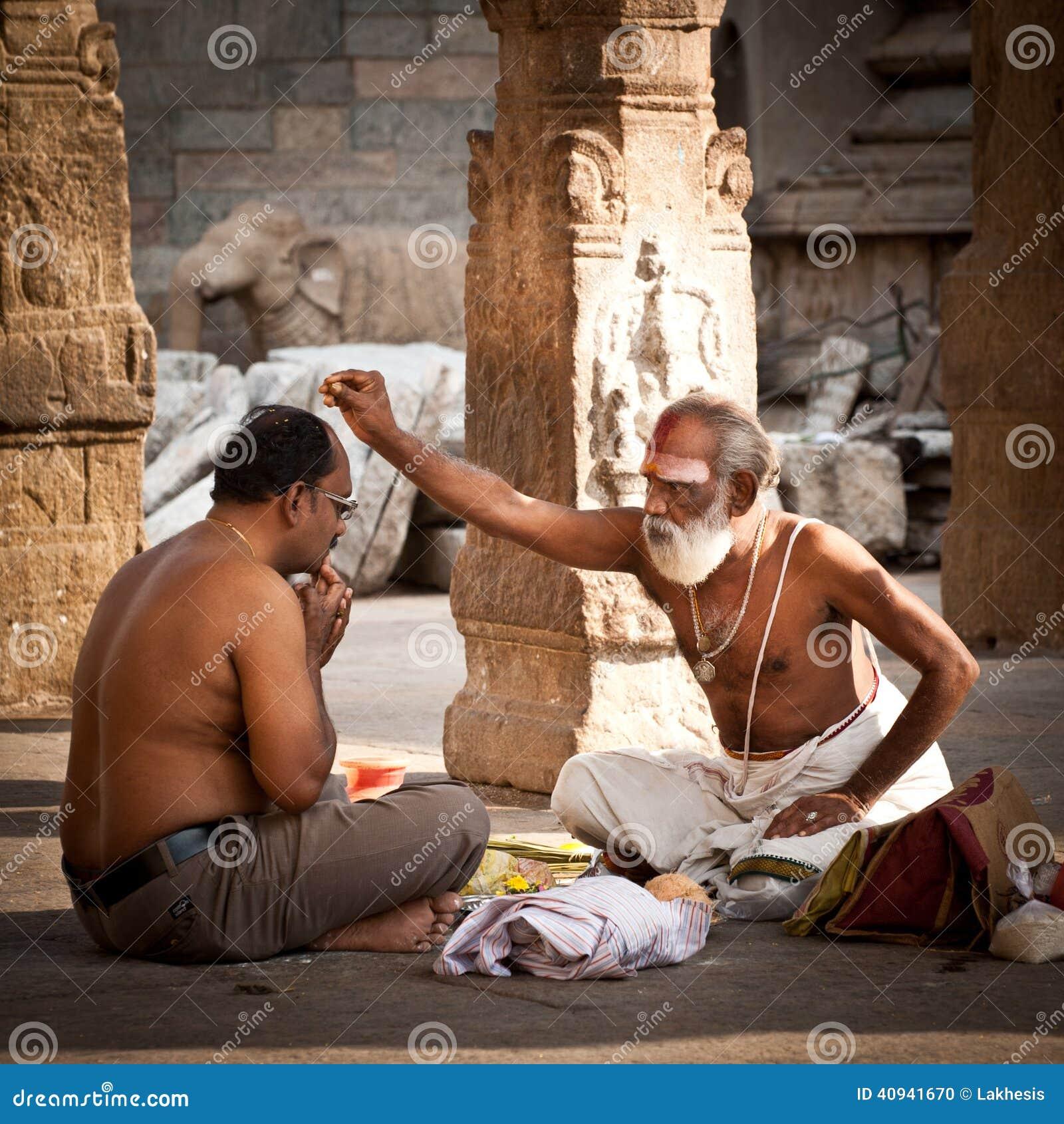Brahmán hindú con las cualidades religiosas que bendicen a gente en el templo de Meenakshi La India, Madurai, Tamil Nadu