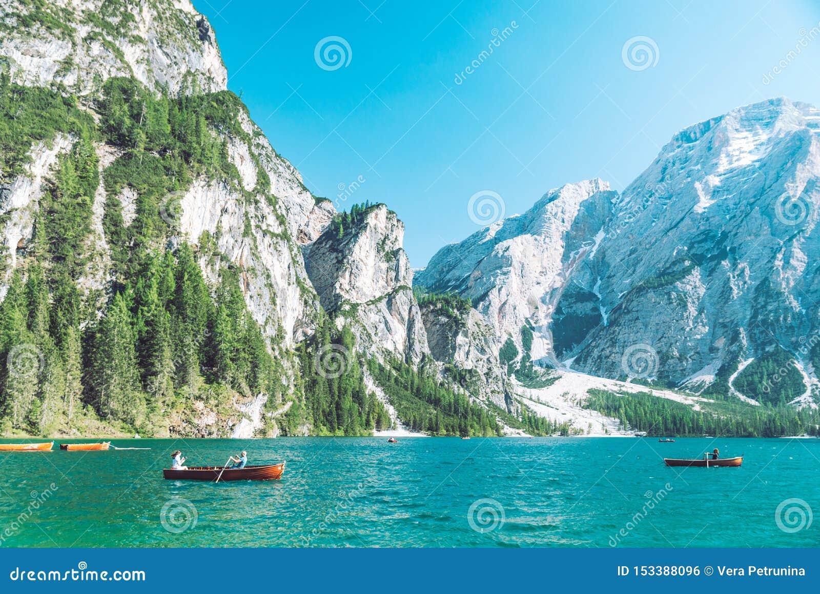 BRAIES ITALIEN - Juni 13, 2019: sikt av sjön i berg med fartyg i mitt