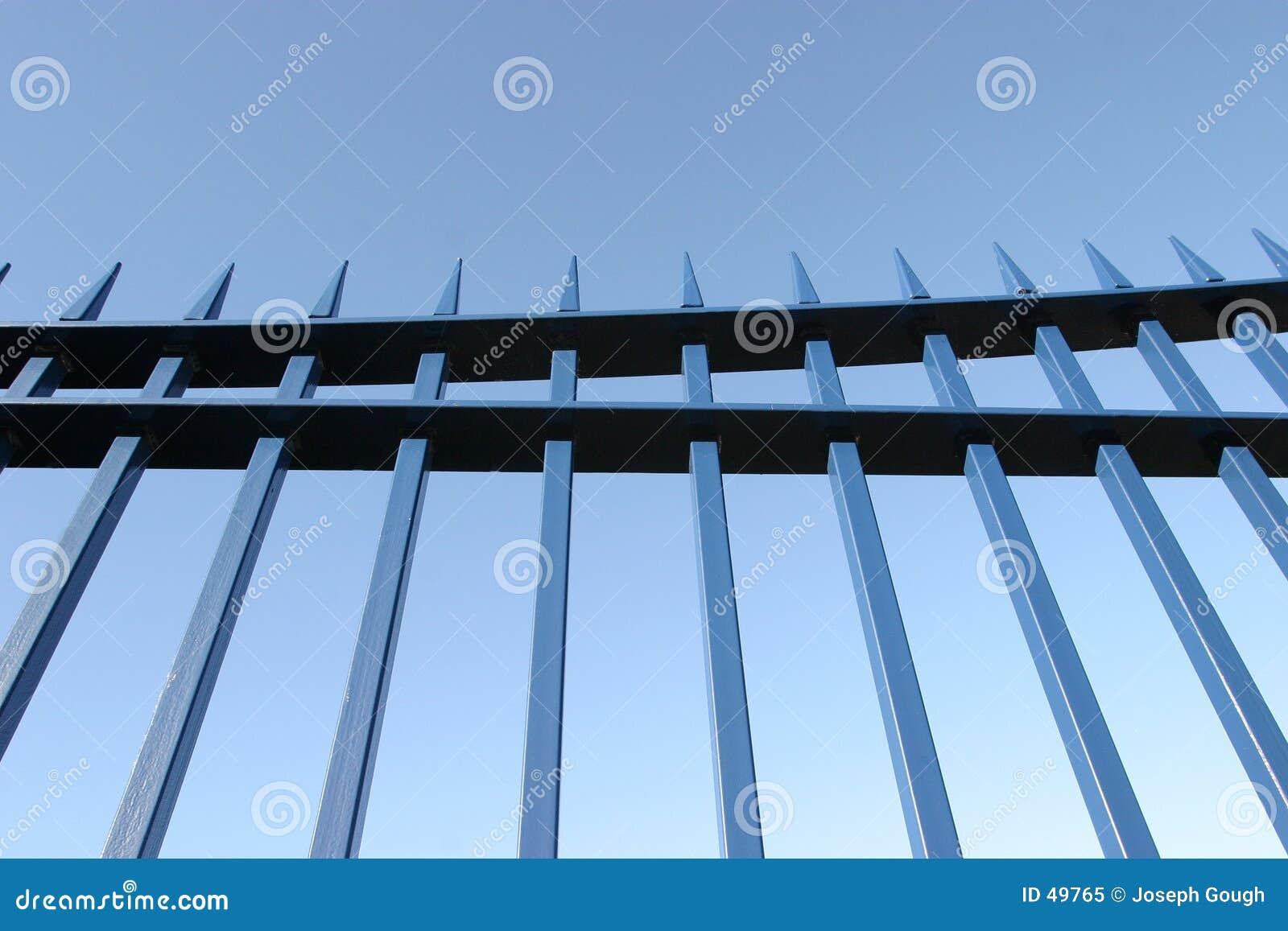 Brama szyn stalowych niebieskie