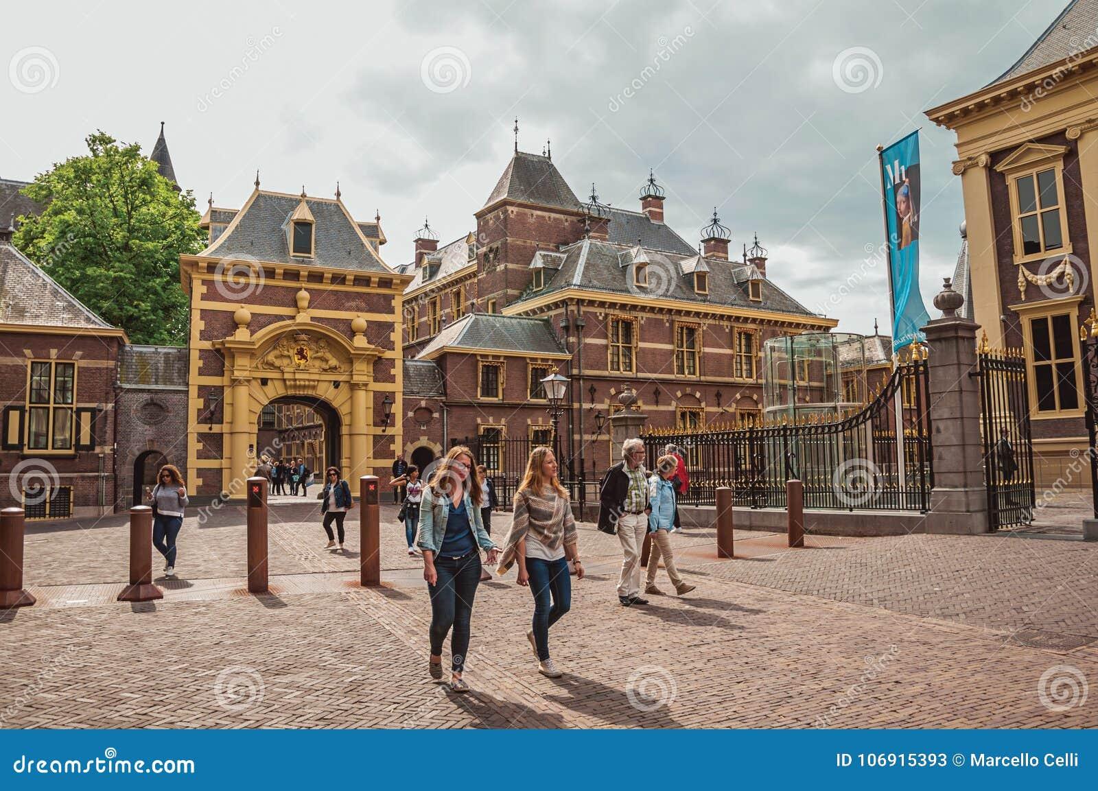 Brama w Binnenhof jawnych budynków Gockim wewnętrznym podwórzu przy Haga