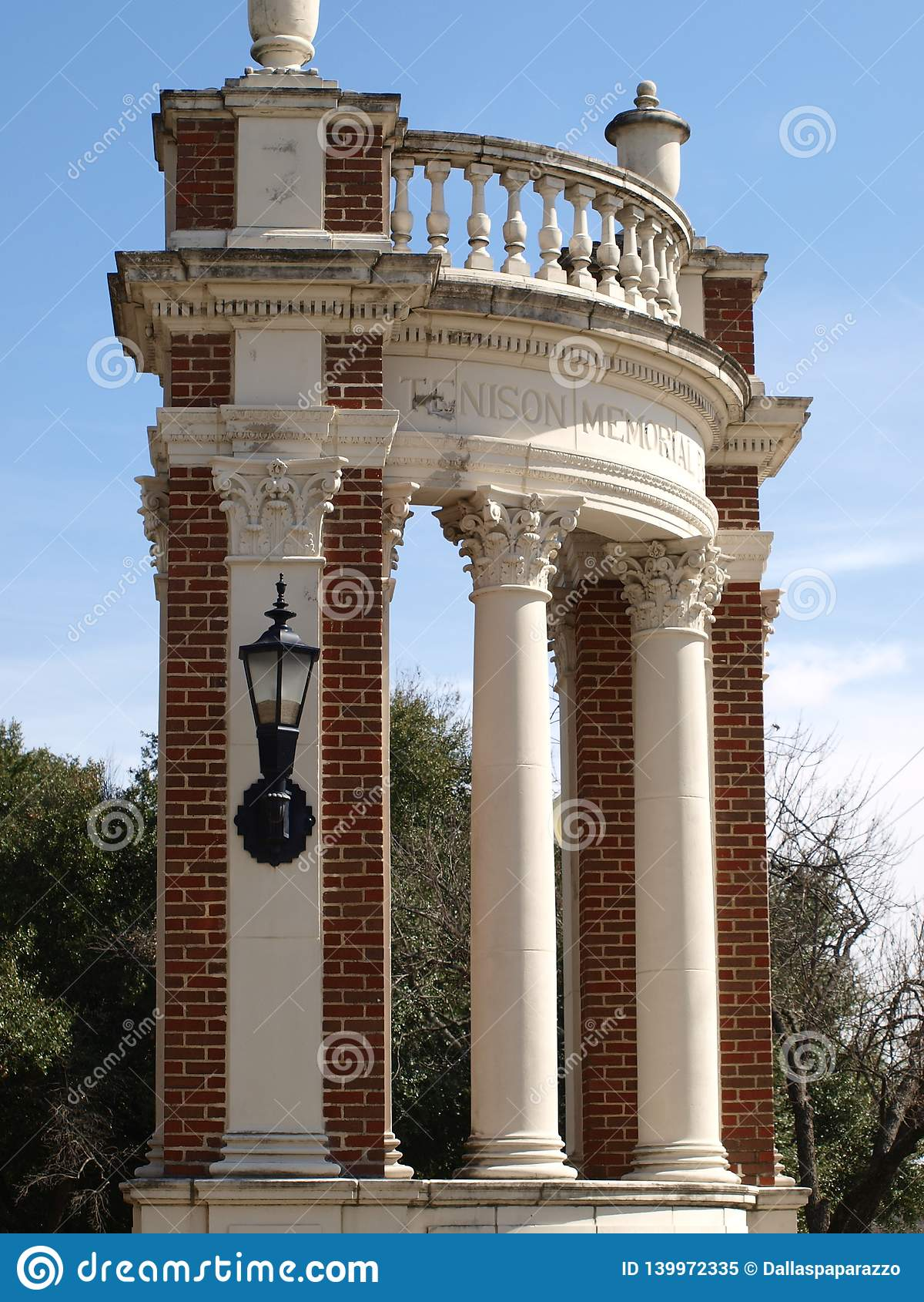 Bramy Tenison pomnik