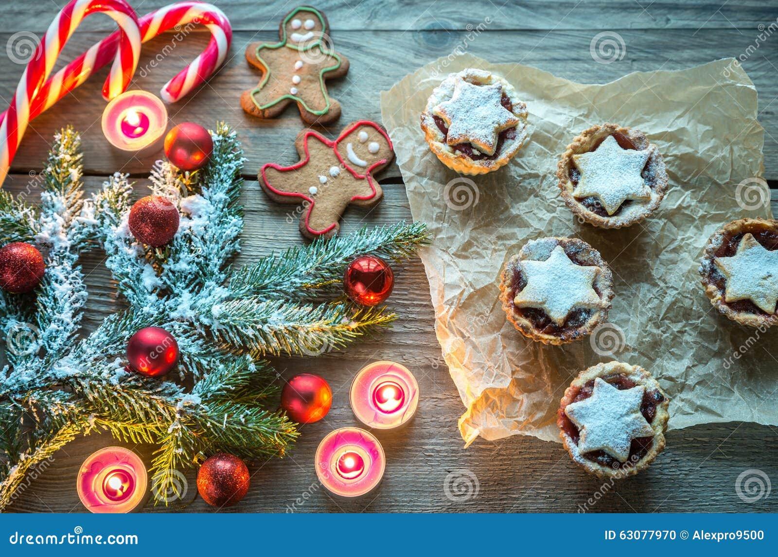 Download Branche D'arbre Décorée De Noël Avec La Pâtisserie De Vacances Photo stock - Image du canne, gingerbread: 63077970