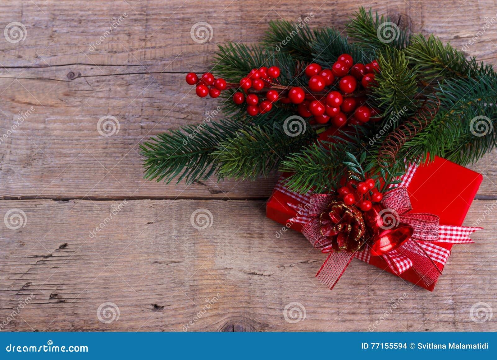 Branche de pin avec le boîte-cadeau