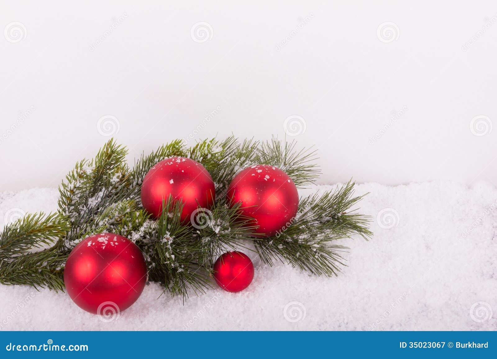 #B51631 Branche De Sapin Avec Les Boules Rouges De Noël Dans La  6371 decoration noel exterieur avec branche sapin 1300x957 px @ aertt.com