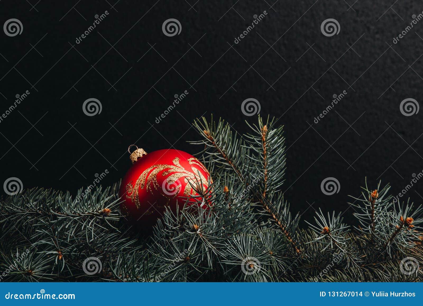 Branche D Arbre Sapin De Noel branches d'arbre de sapin de noël sur la table en bois