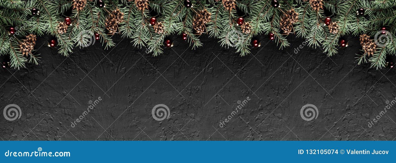 Branches de sapin de Noël avec des cônes de pin sur le fond noir foncé Carte de Noël et de bonne année, bokeh, étincellement, rou