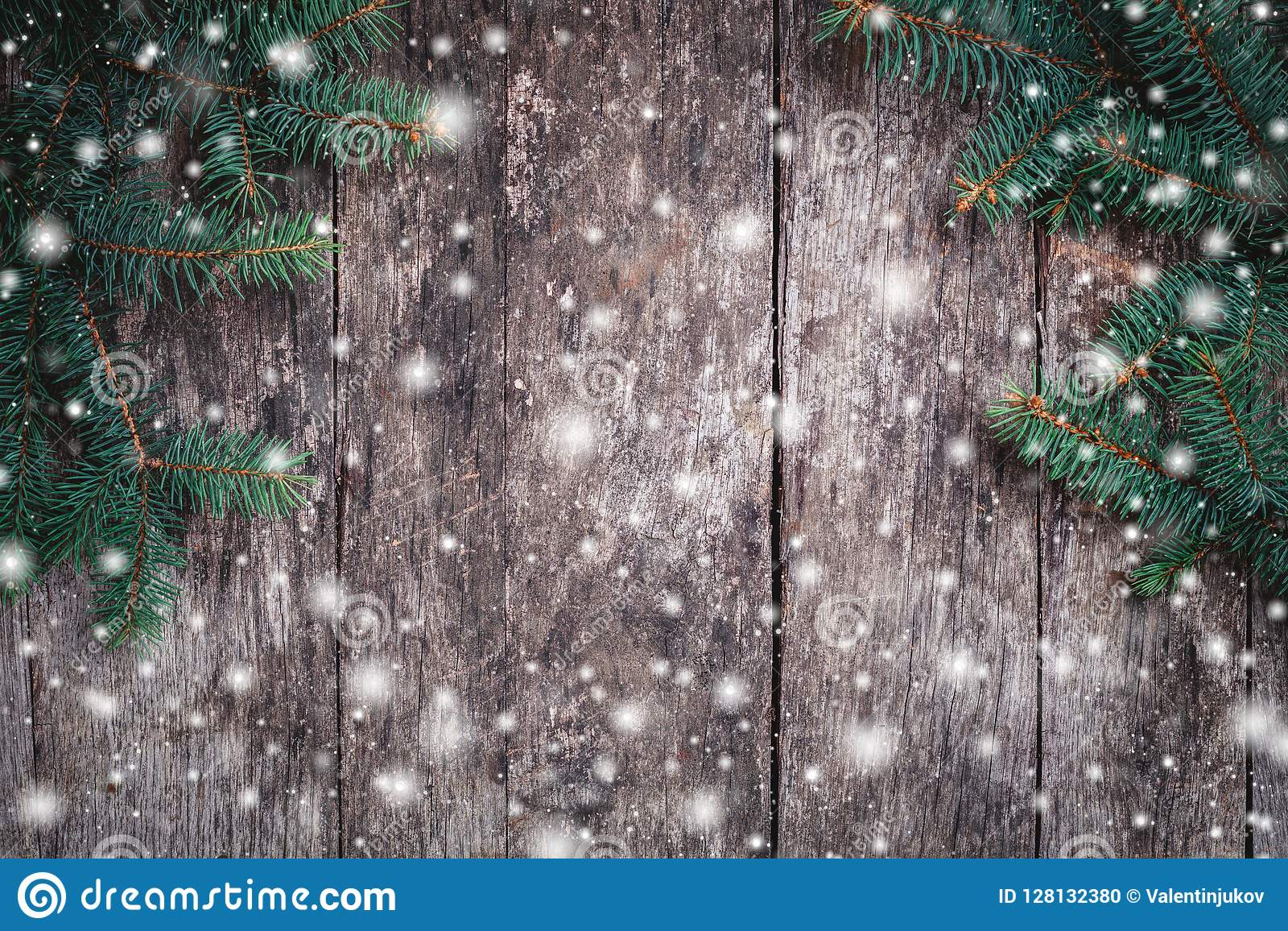 Branches de sapin de Noël sur le fond en bois Composition en Noël et en bonne année
