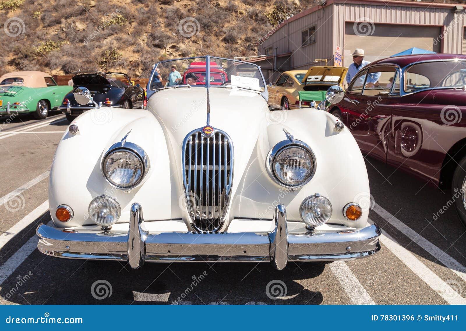 Laguna Beach, CA, EUA   2 De Outubro De 2016: O Branco Jaguar 1956 XK 140  MC Possuído Anteriormente Por Alex Trebek E Possuiu Agora Robert Huntington  E ...