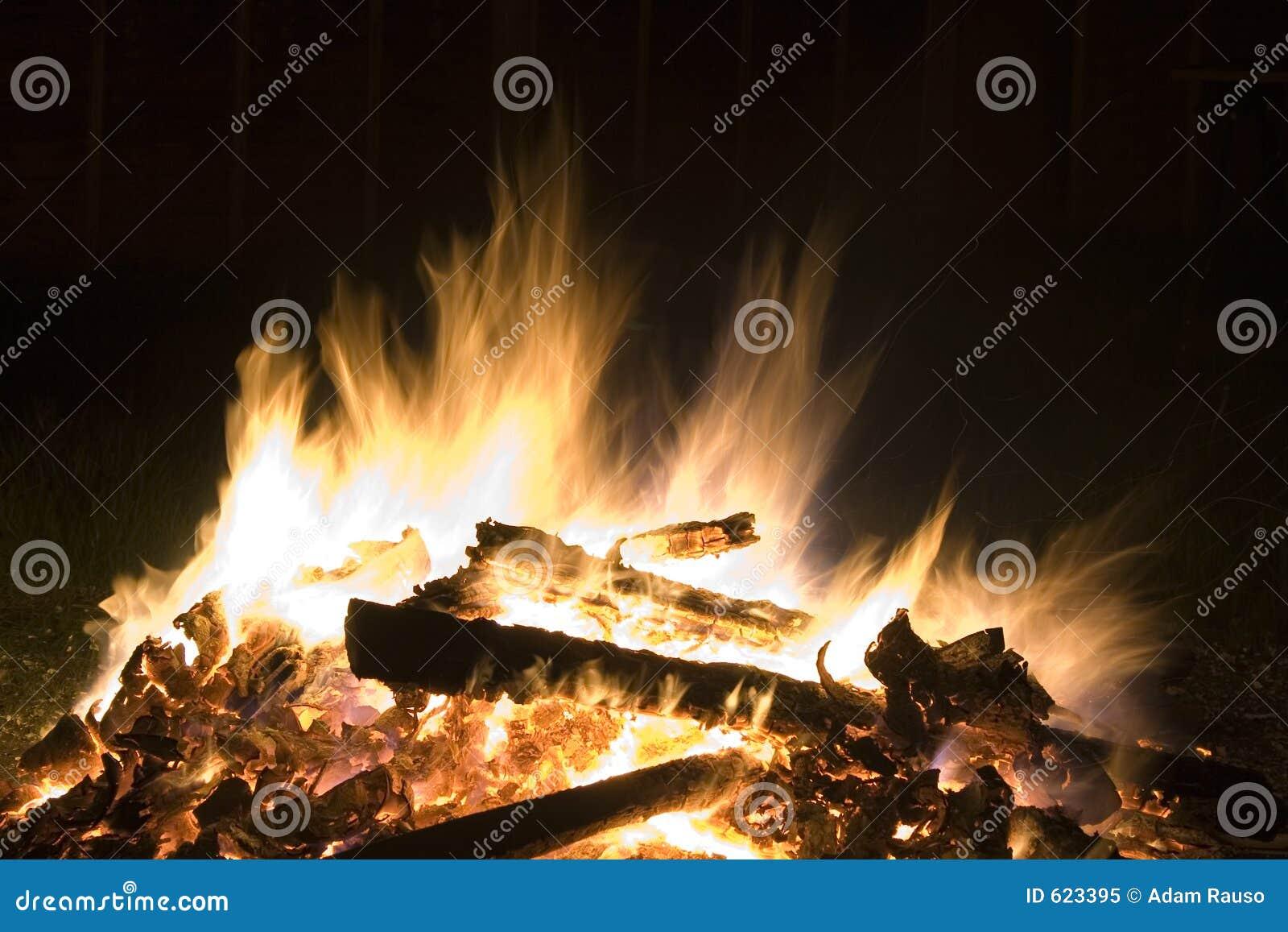 Brand bij nacht