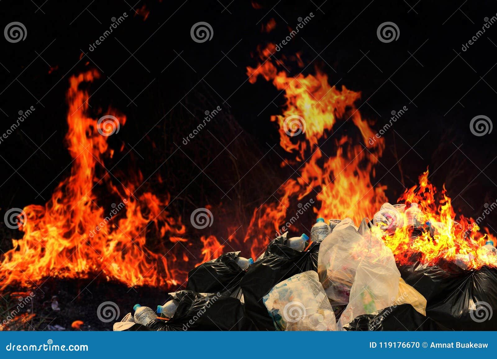 Brand heel wat afval plastic huisvuil, de Partijen van de de stapelstortplaats van de Huisvuilbak van troep het Verontreinigen me