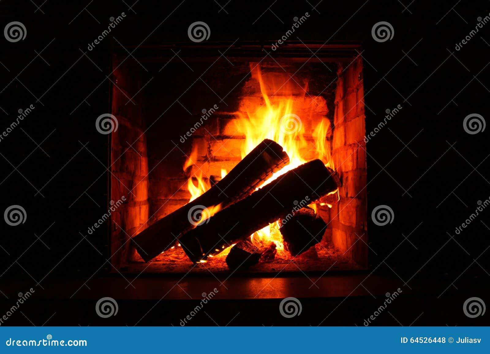Brand in het branden van open haard in de winterclose-up