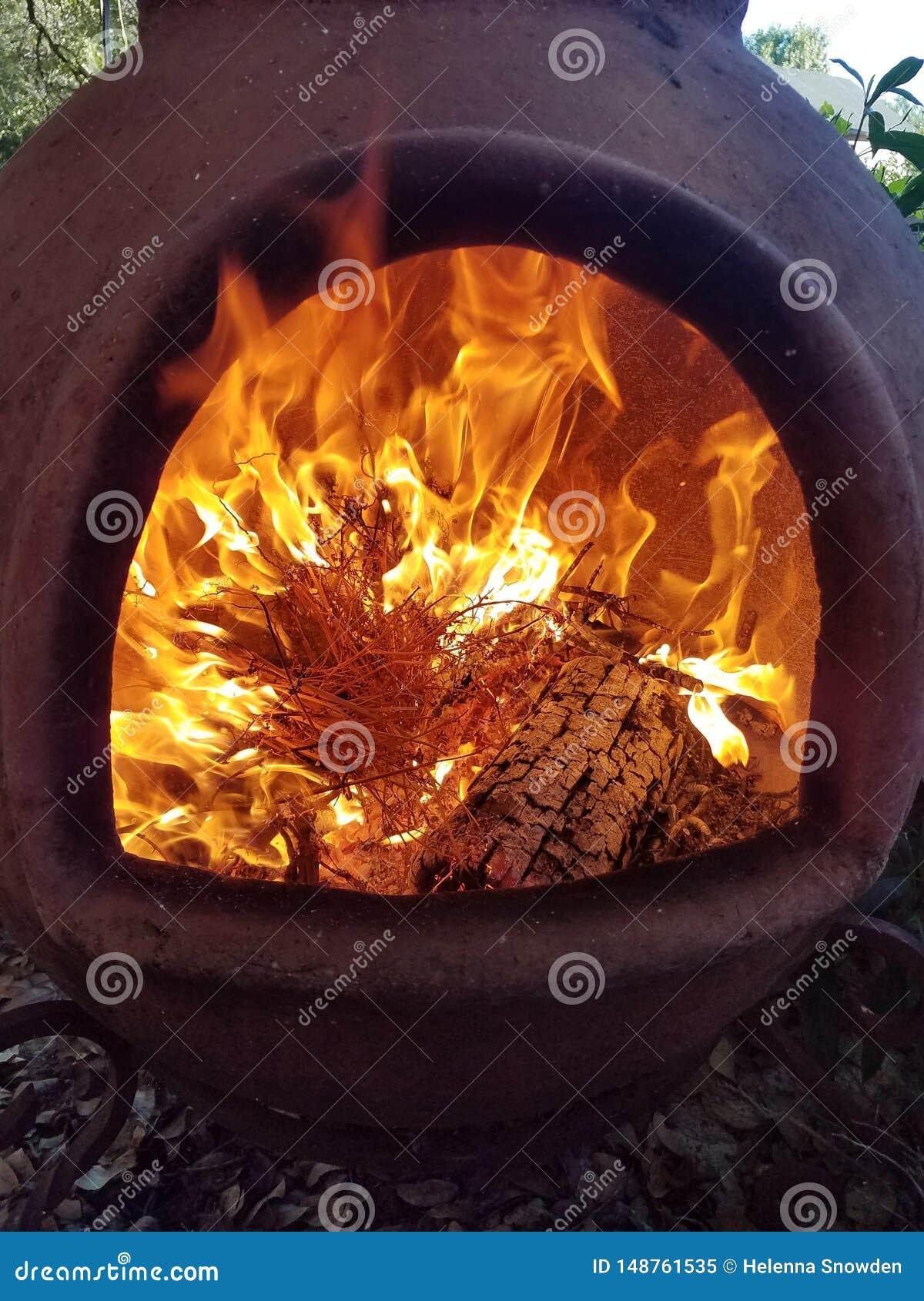 Brand och flammor inom Clay Chimenea