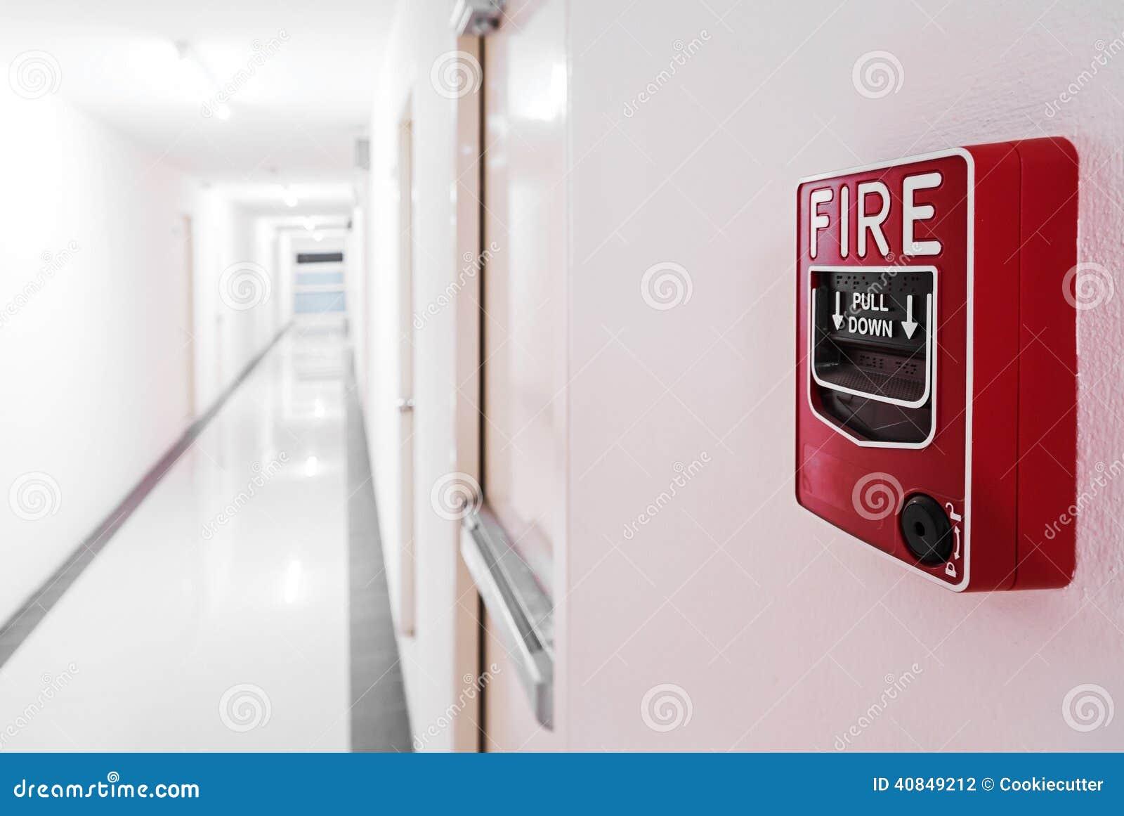 Brandalarm dichtbij de deur van de deurnooduitgang