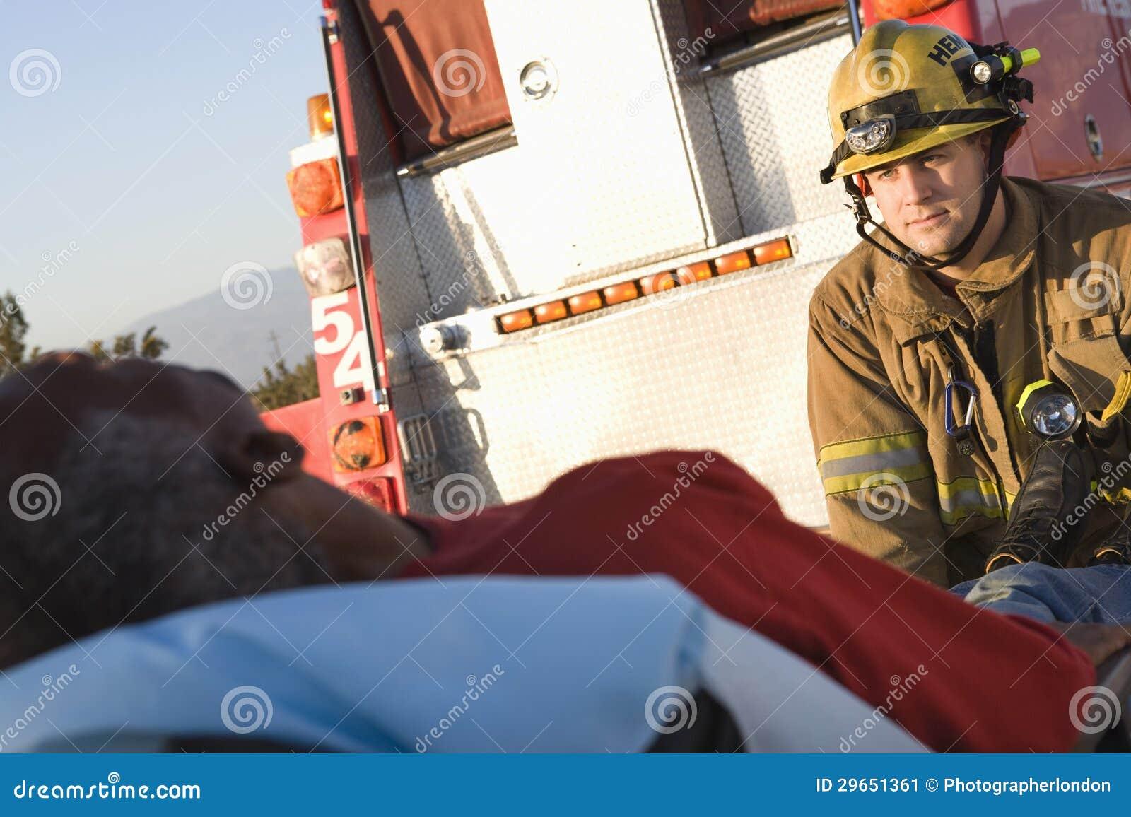 Brandbestrijder Looking At Patient