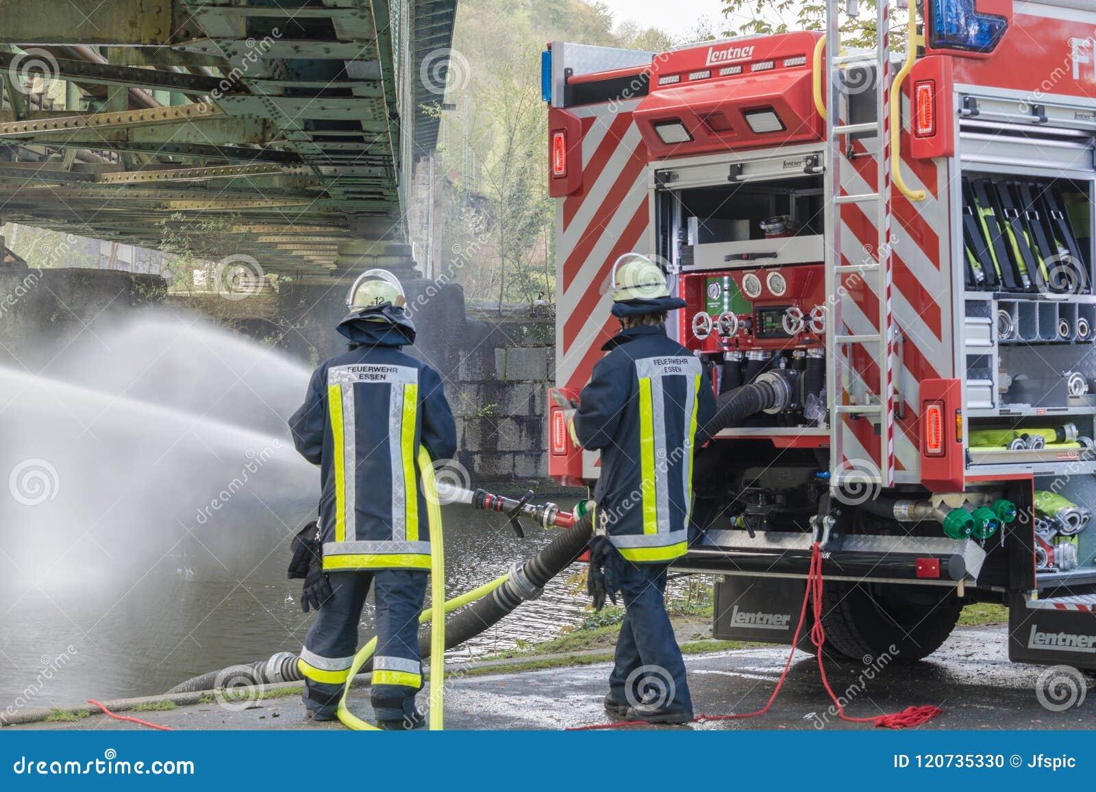 Brandbestrijders in Eenvormig tijdens opleiding