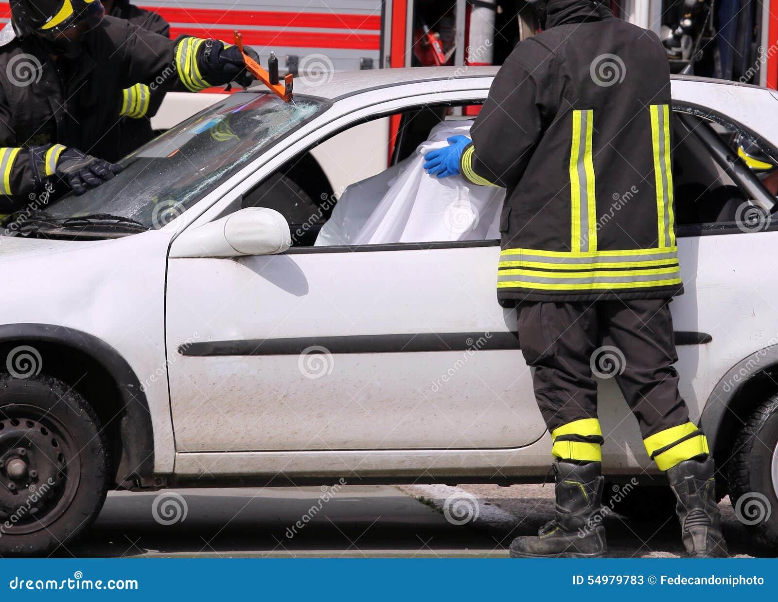 Brandbestrijders na het Verkeersongeval