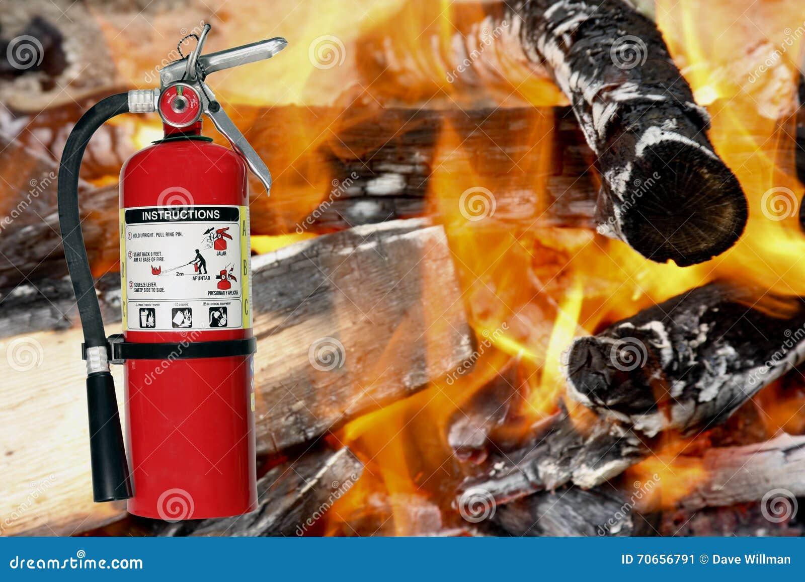 Brandblusapparaat met een brandachtergrond
