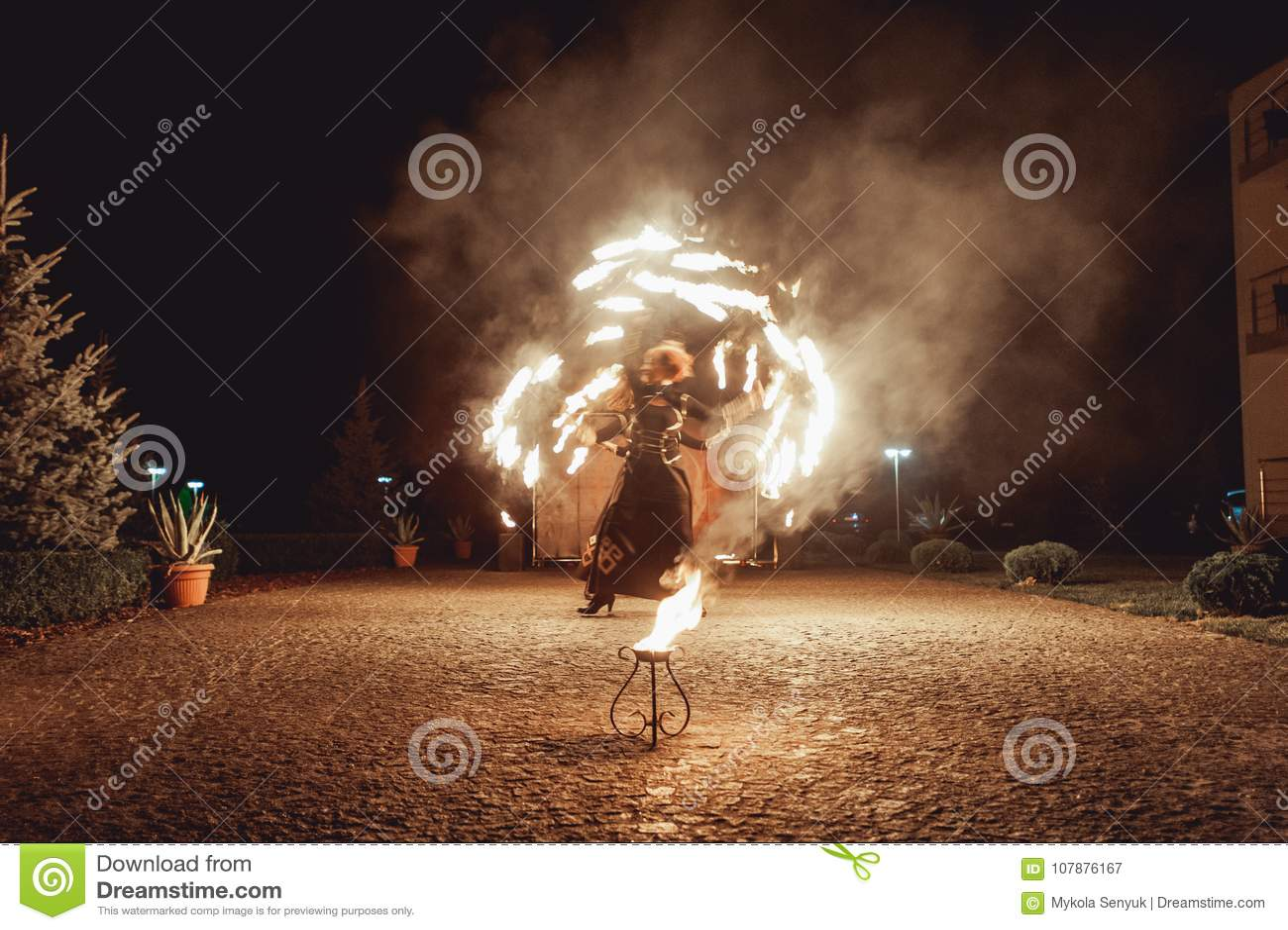 Branddansshower på natten Fantastisk brandshow som delen av bröllopceremoni