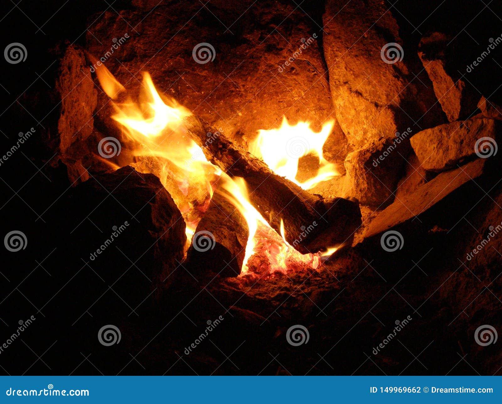 Branden i härden i aftonen på ett stopp i bergen