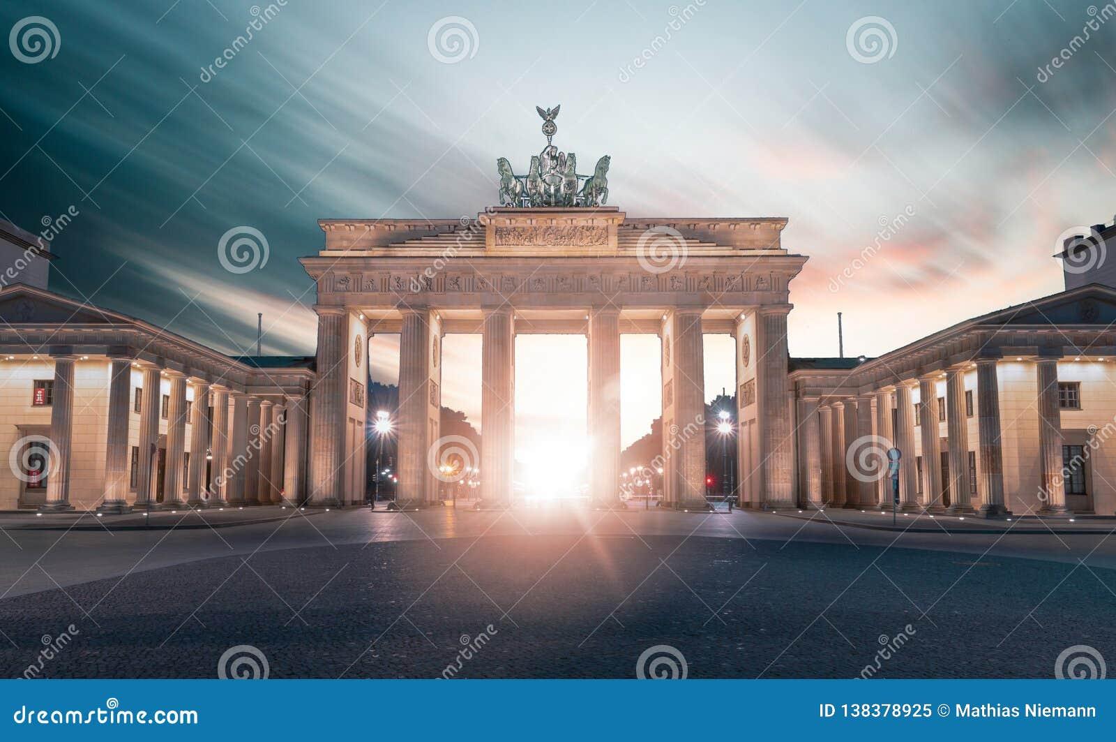 Brandenburger突岩在柏林,德国一会儿日落