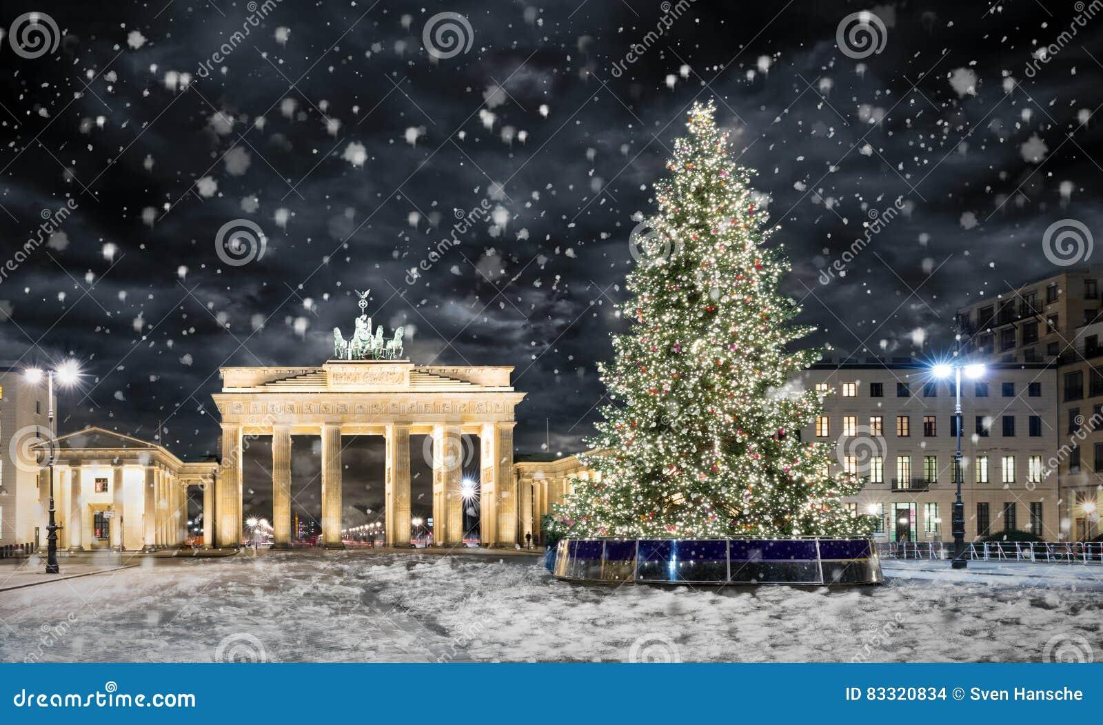 brandenburger tor in berlin mit weihnachtsbaum und schnee stockfoto bild von aufkommen. Black Bedroom Furniture Sets. Home Design Ideas