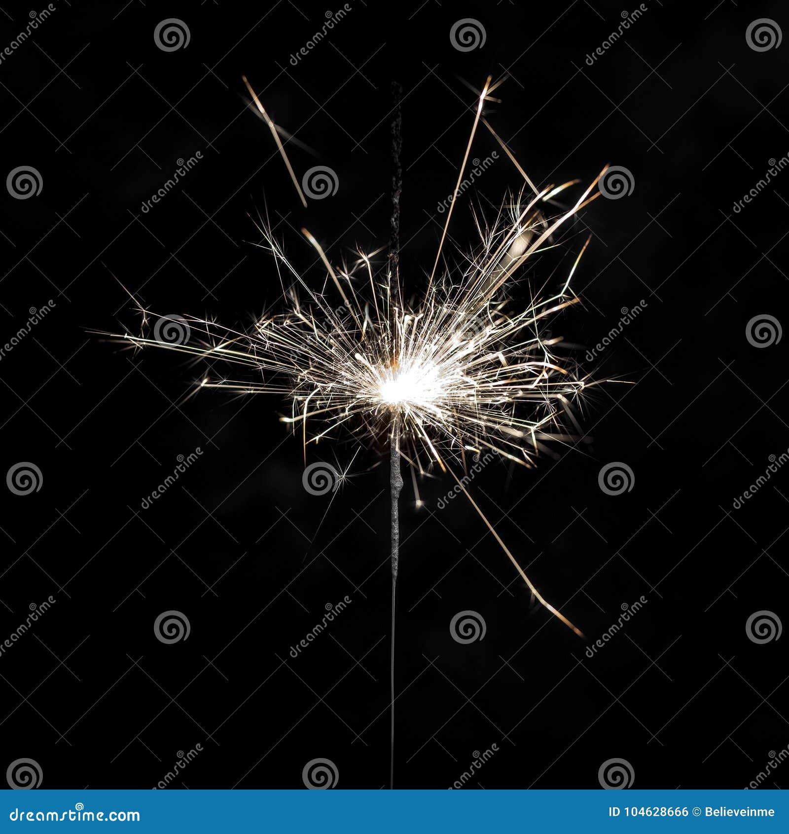 Download Brandend Sterretje Op Zwarte Achtergrond Stock Foto - Afbeelding bestaande uit vakantie, donker: 104628666