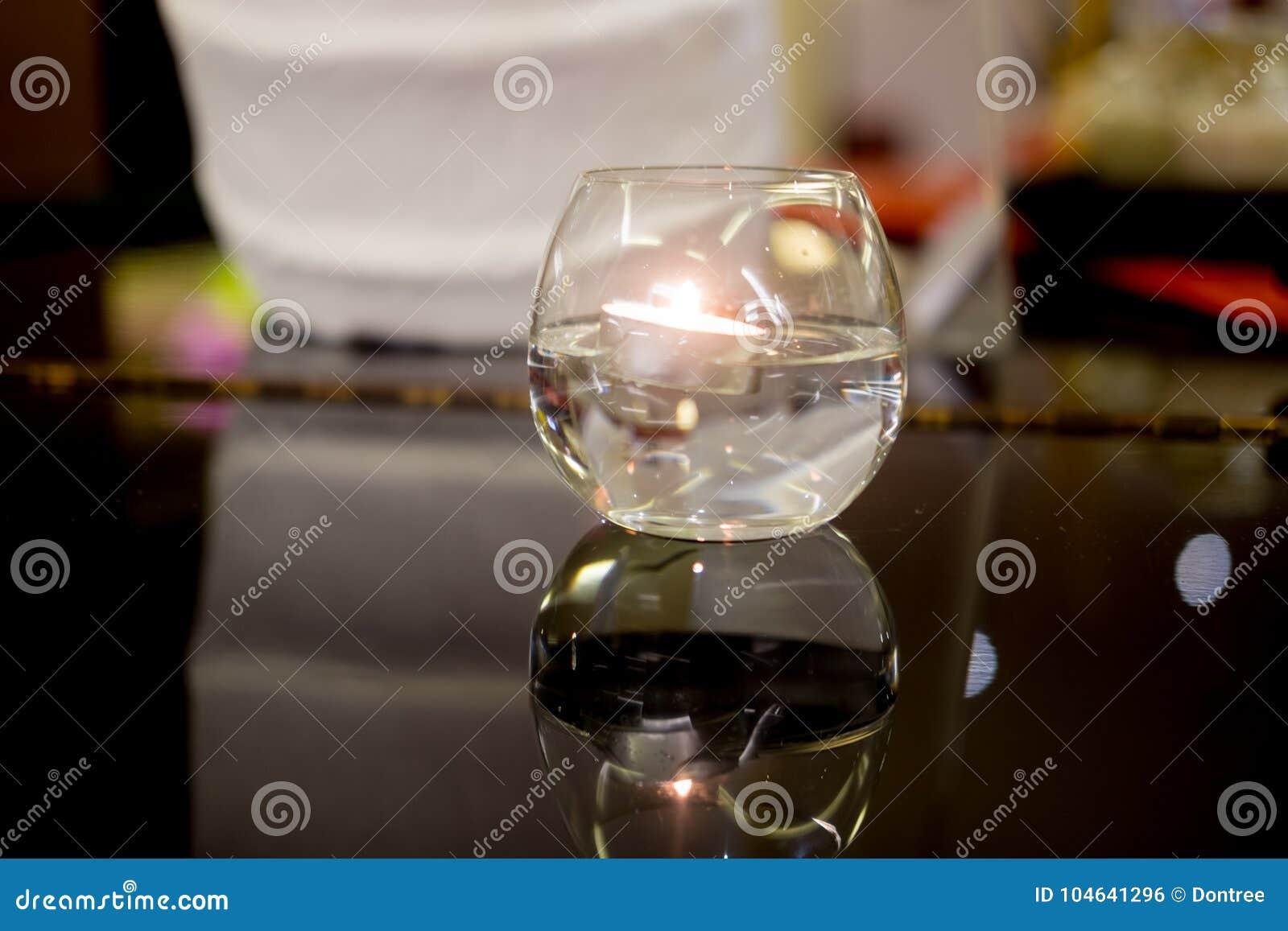 Download Brandende Bijenwaskaars In Kristalkom Stock Foto - Afbeelding bestaande uit licht, viering: 104641296