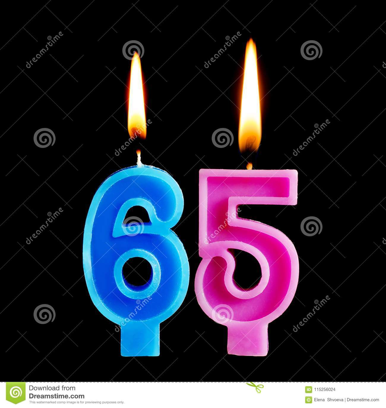 Brandende verjaardagskaarsen in de vorm van 65 zestig die ivecijfers voor cake op zwarte achtergrond worden geïsoleerd Het concep