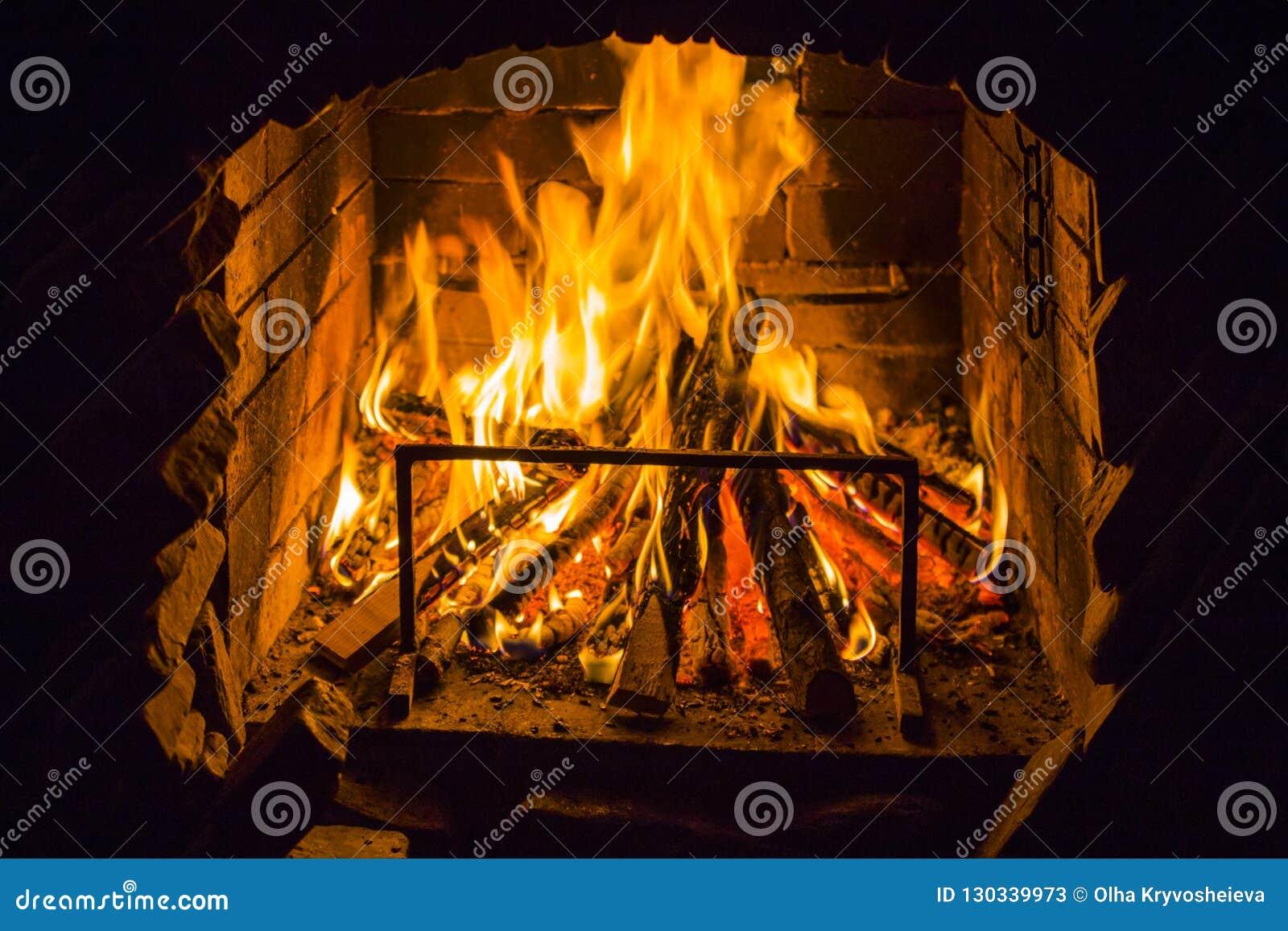 Brandhout in open brandplaats Rode vlammen in de open haard