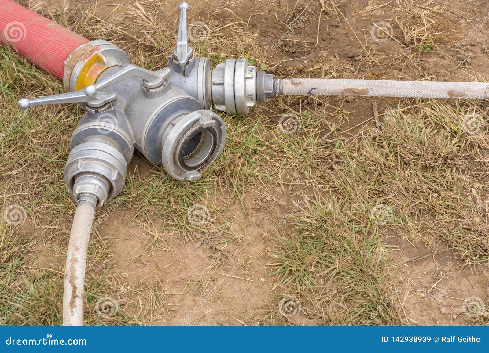 Brandkårkoppling för fördelande släckande vatten till flera slangar