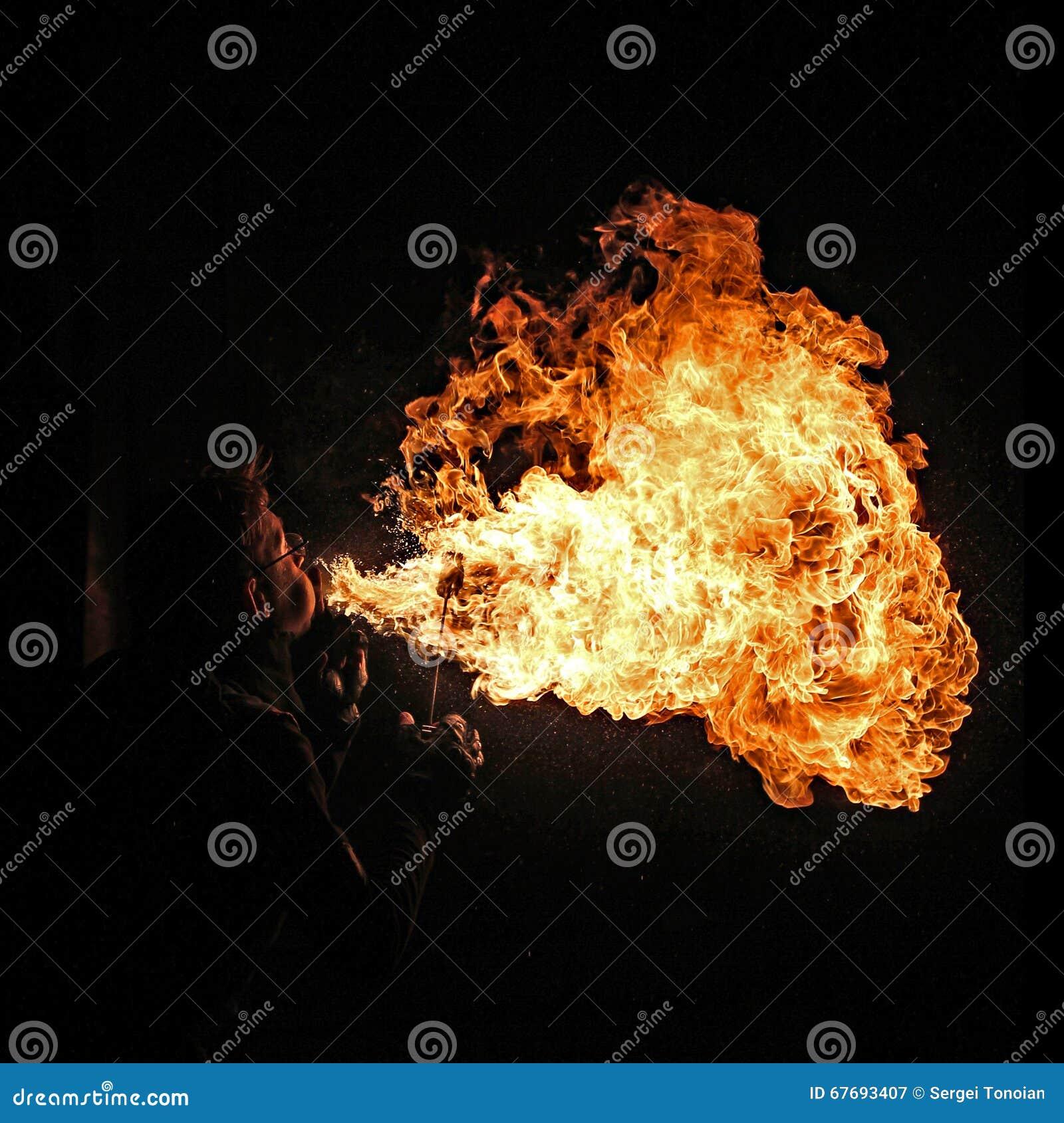 Brandkunstenaar die brand ademhaling uitvoeren