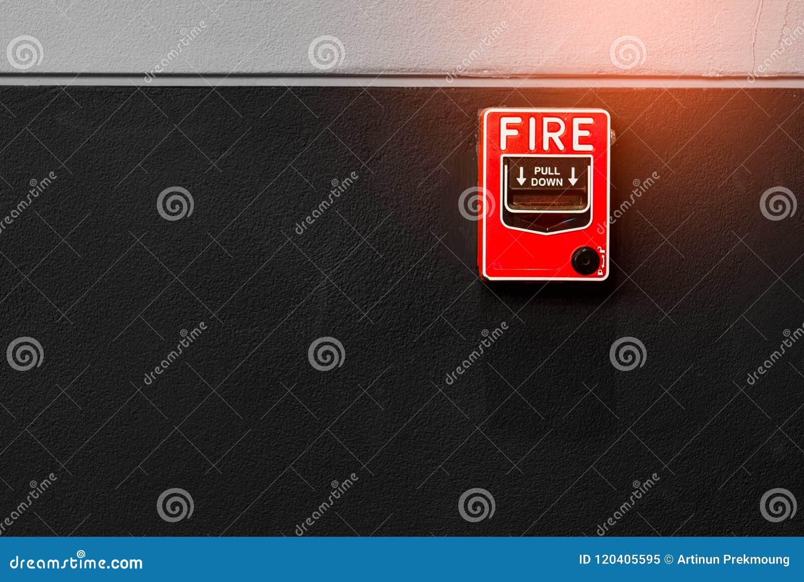 Brandlarm på den svartvita betongväggen Varna och säkerhetssystem Nöd- utrustning för säkerhetsvarning Röd ask av brand