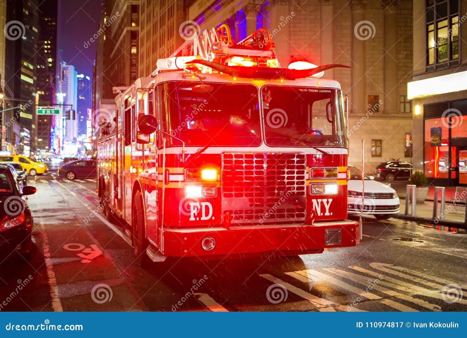 Brandlastbil med nöd- ljus på gatan