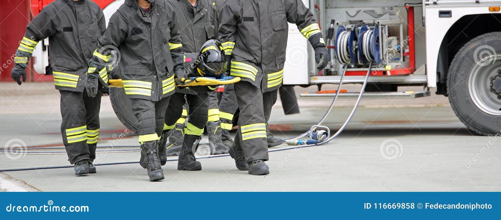 Brandmän bär en sårad person