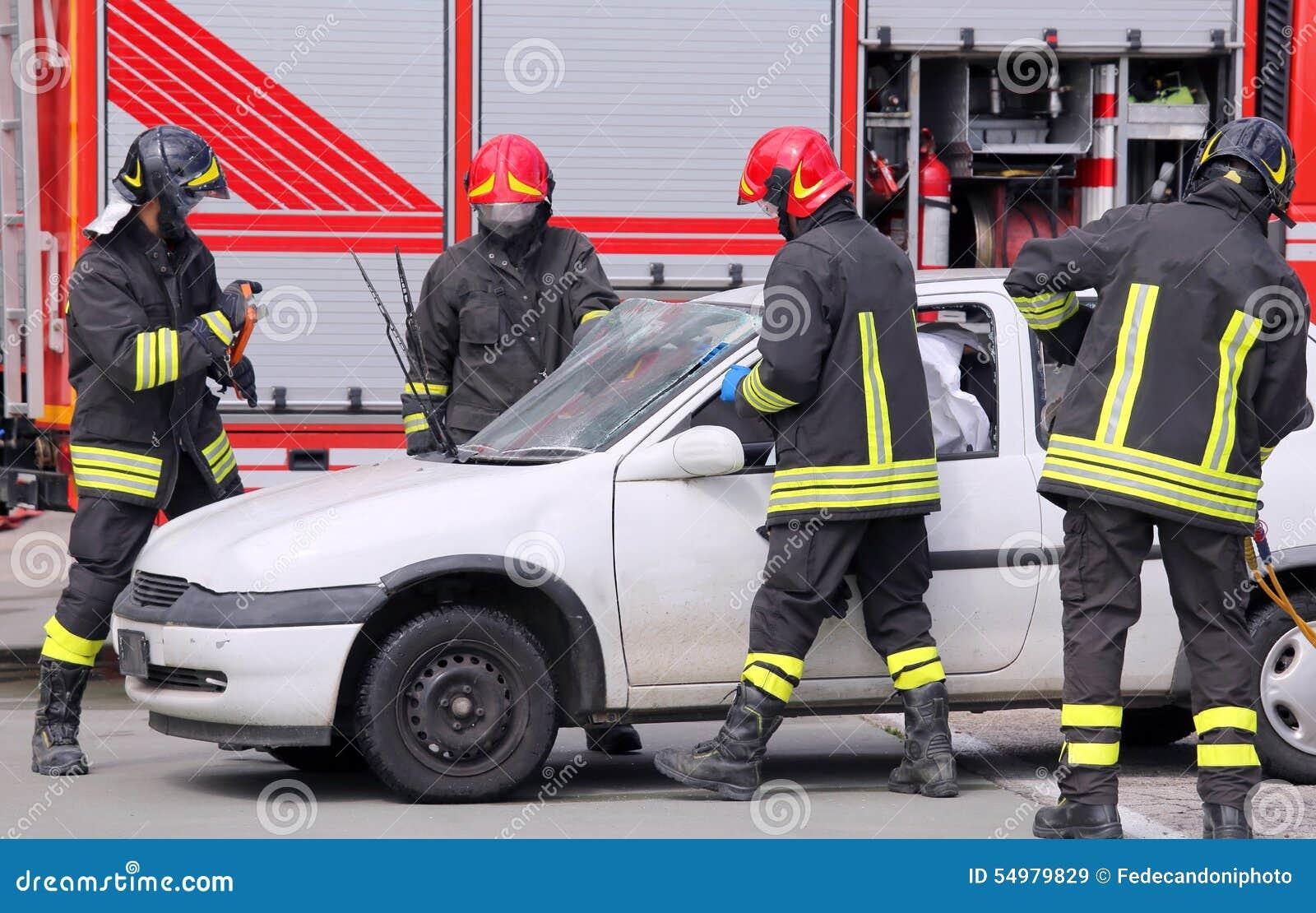 Brandmän i handling efter trafikolyckan
