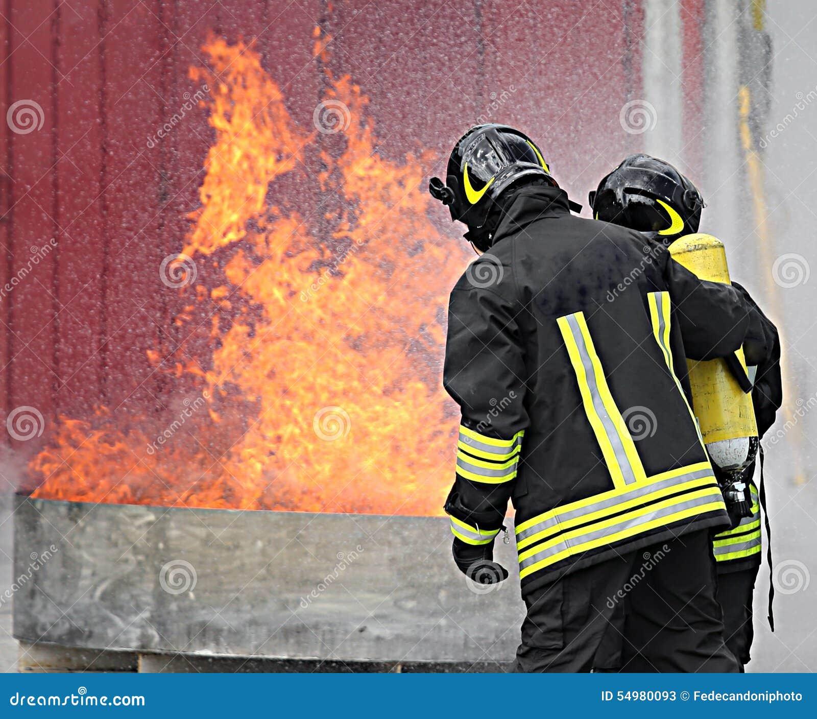 Brandmän med syreflaskor av branden