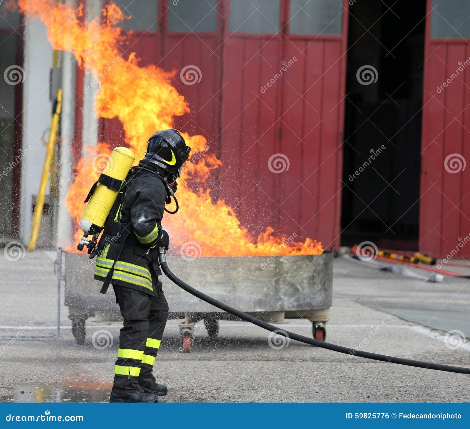 Brandmän med syreflaskor av branden under en utbildning