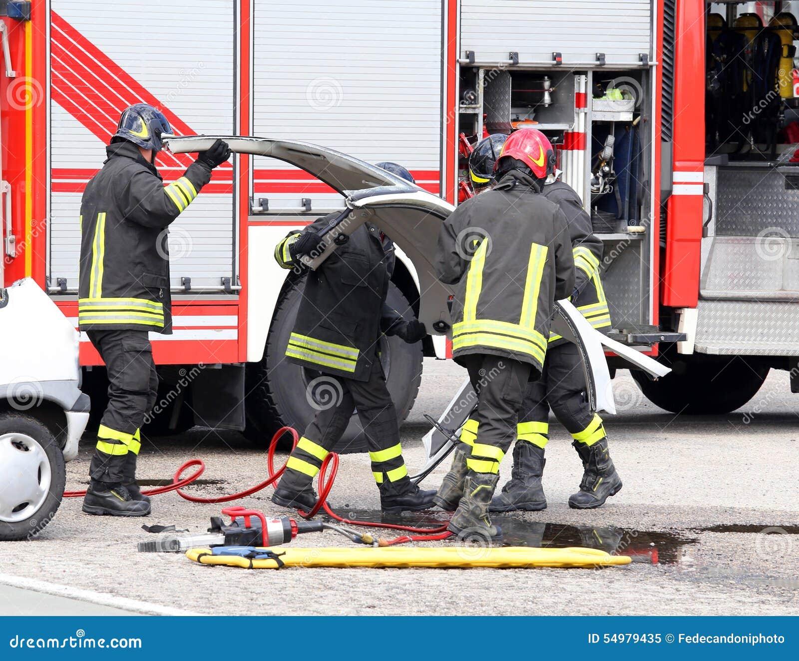 Brandman i handling under en bilolycka