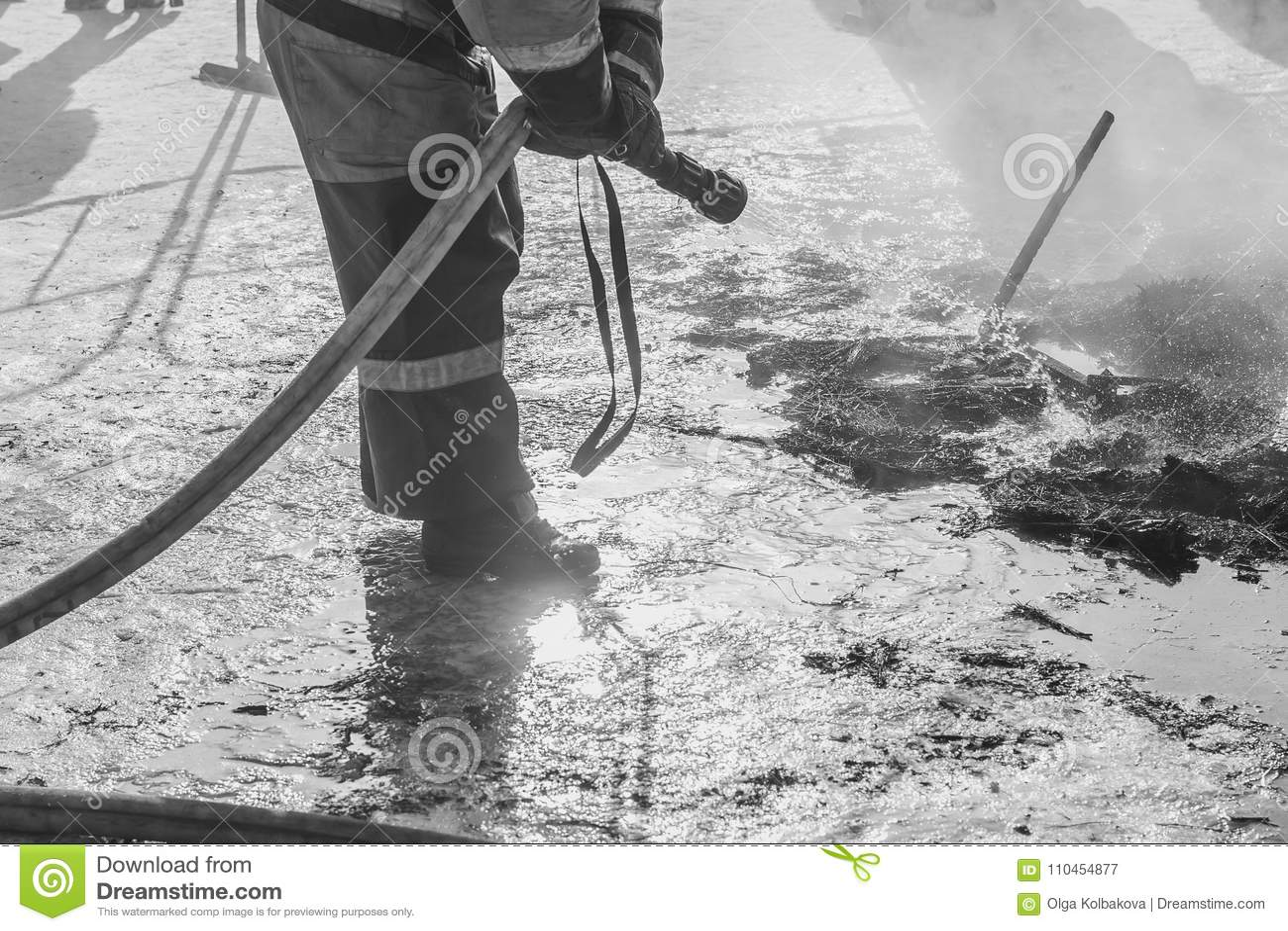 Brandmannen släcker med vatten