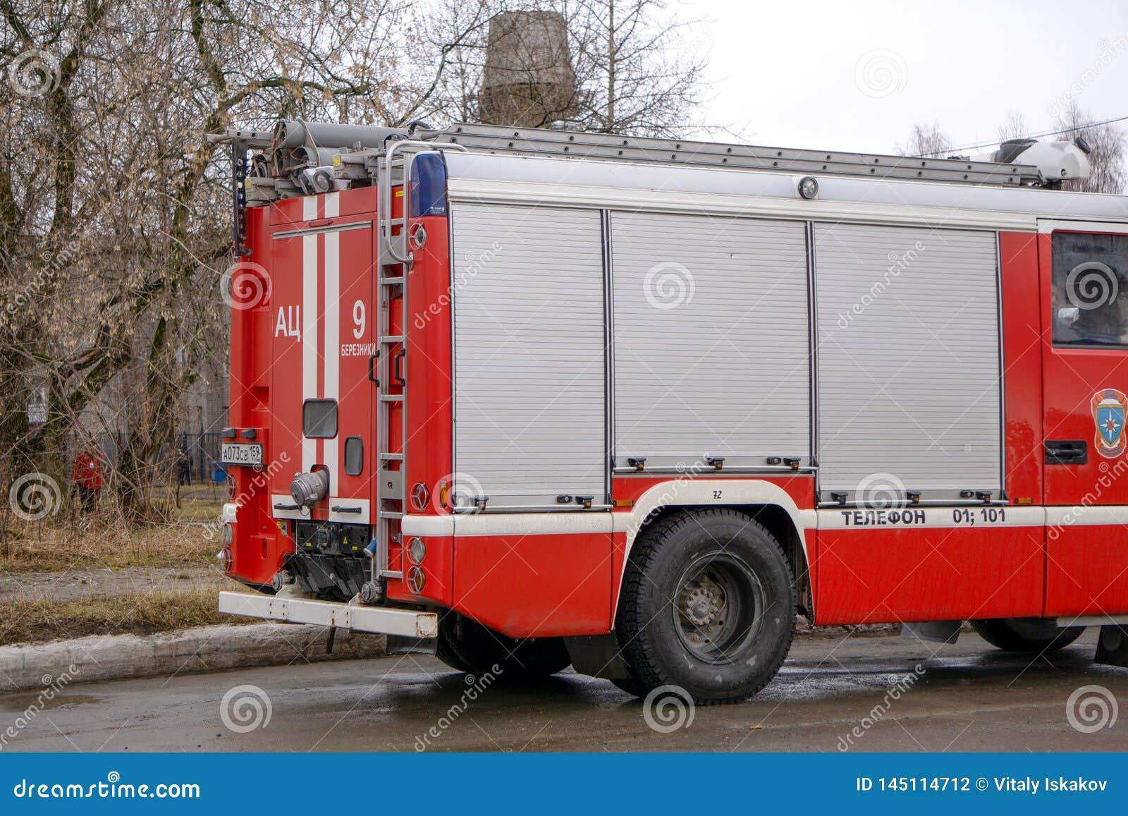 Brandmotor die aan een noodsituatie antwoorden die met sirenes en blauwe lichten door het centrum van Exeter drijven