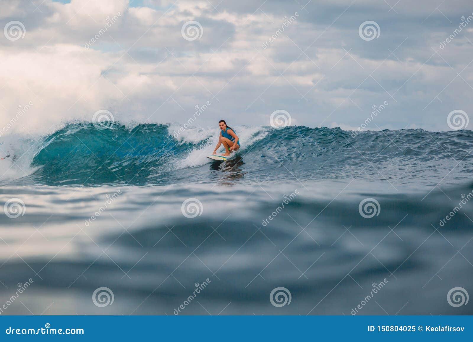 Brandungsm?dchen auf Surfbrett Frau im Ozean w?hrend des Surfens