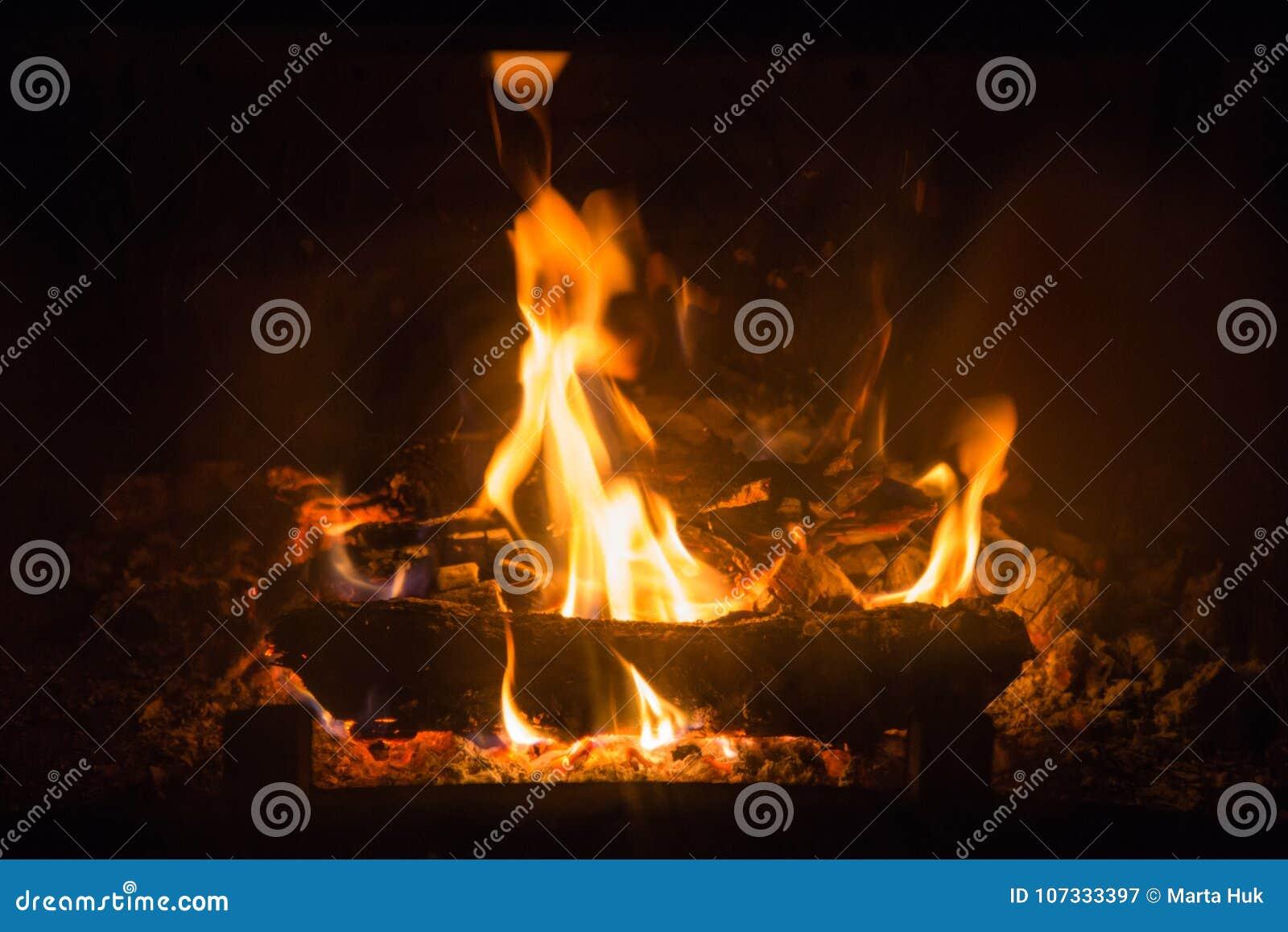 Brandvlammen met as in open haard