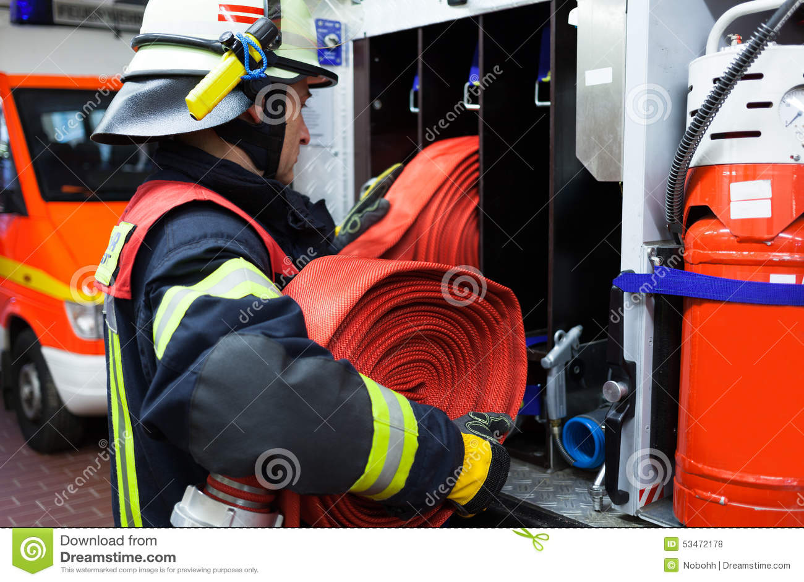 Brandweerman met waterslang op een firetruck